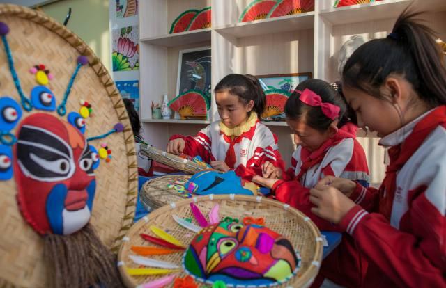 呼和浩特市通顺街小学开展手绘面具装点校园图片
