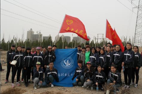 """4月10日,乌海职业技术学院团委组织40余名志愿者参加""""保护母亲河"""