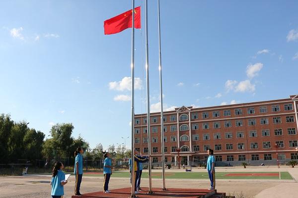 兴安盟扎赉特旗音德尔第三中学践行社会主义核心价值观从新生 升旗仪